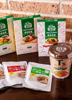 カレー3種やカップ麺、だし2種やホワイトソースなど、オリジナル商品も販売