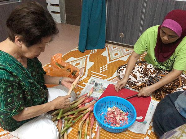 ブンガカンタンの花のつぼみを刻む
