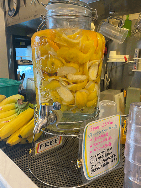 素粒水に野菜と果物の皮をつけたデトックスウォーター
