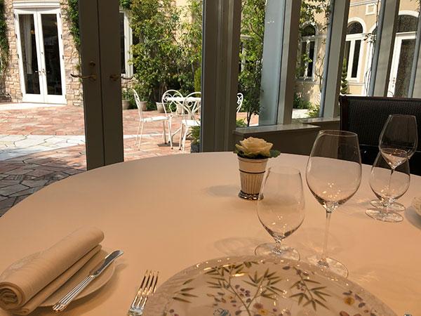 テーブル席から緑豊かなテラスが見えます。