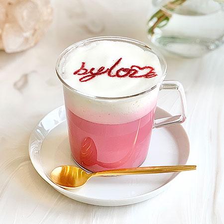 by loveのロゴが入ったピンク色のラテ