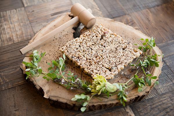 『秋保採石ショコラ』 木槌で「ゴンゴンッ」と割って食べる