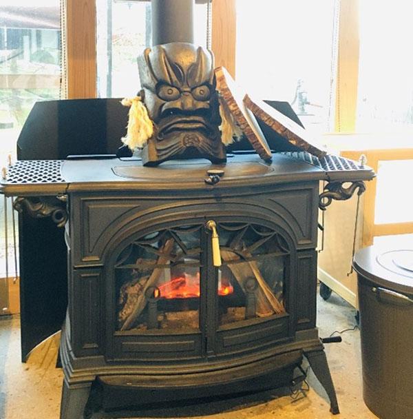 薪を焚いて店内を温める暖炉