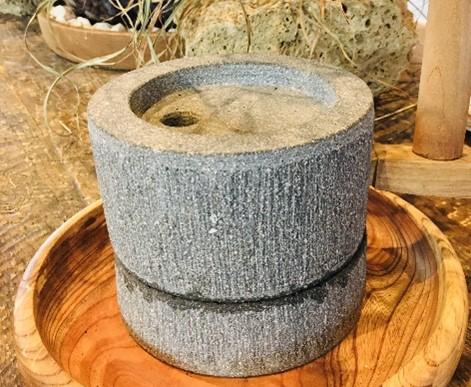 石臼で珈琲豆を「ズリズリ」(新型コロナ感染症対策で休止中)