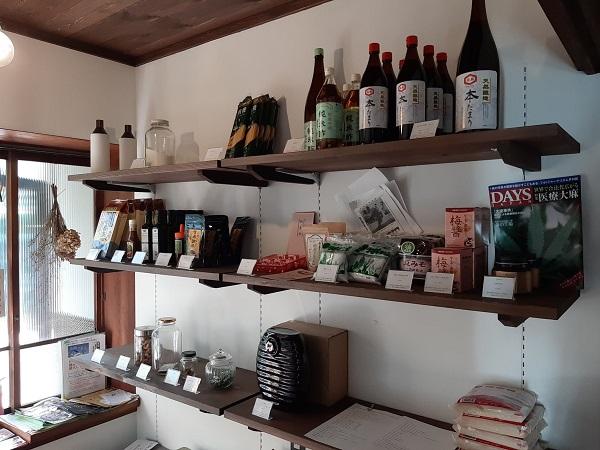 店主こだわりの調味料や雑貨を販売もしています。