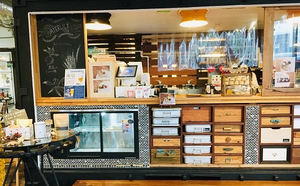 カフェは、貨物コンテナや学校給食の食缶を再利用