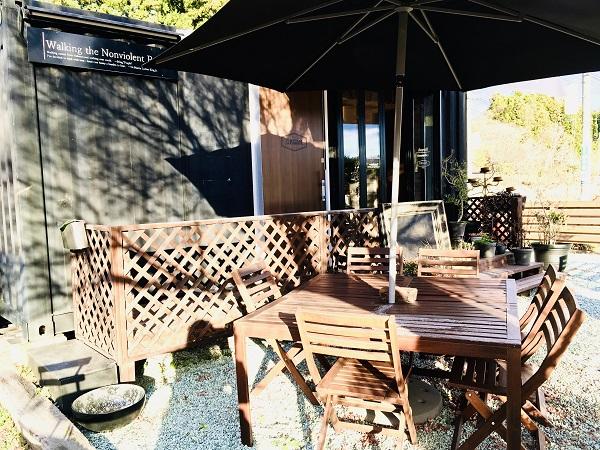 天気が良い日は、テラス席・ベンチで食べられます