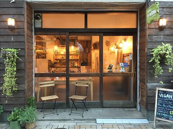 隅田川沿いの桜並木、助六夢通り沿いに佇むお店は、浅草駅徒歩1分の好立地ながら静かで落ち着く場所