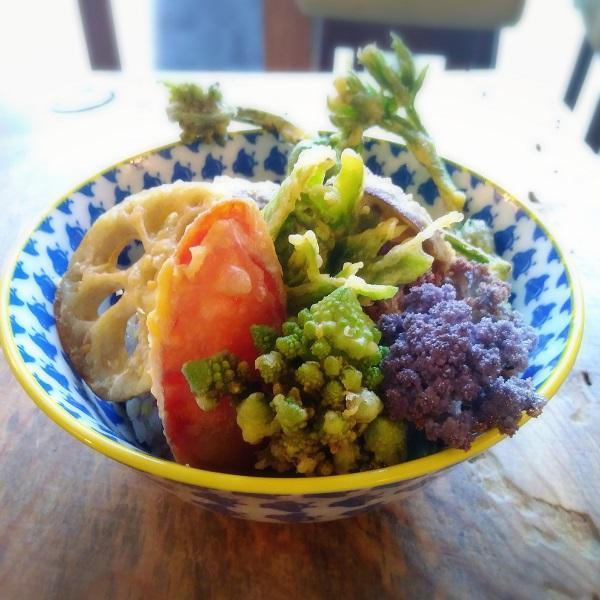 ひよこ豆の粉の衣と無香ココナッツオイルでカラッと揚げたきのこやお野菜は食べ応えたっぷり