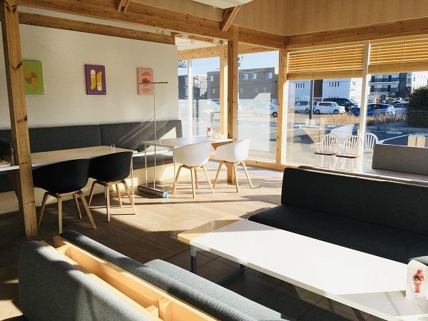 店内は広く、ソファ・テーブル・テラス席があります