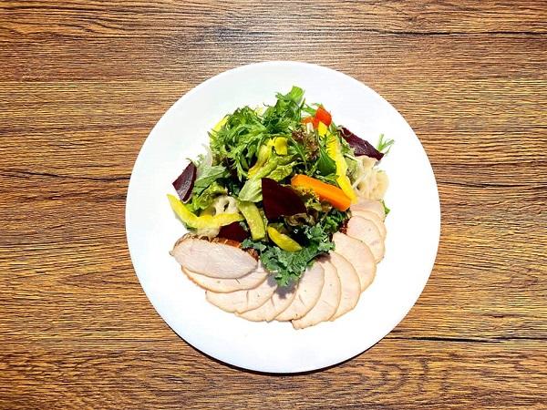 ナチュラリストの燻製ハムと季節野菜のサラダプレート with ブレット