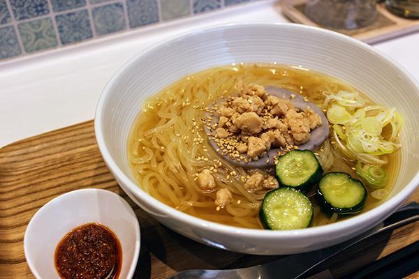 シンプルながら洗練された味とトッピングのベジタブルスープ冷麺