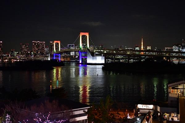 ライトアップされたレインボーブリッジと東京タワーが日頃の疲れを癒します