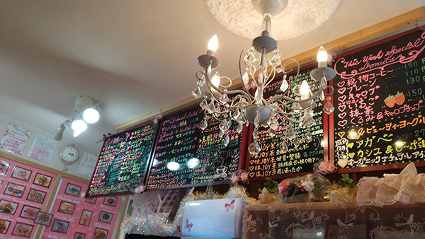 店内のシャンデリアがとてもきれいです。