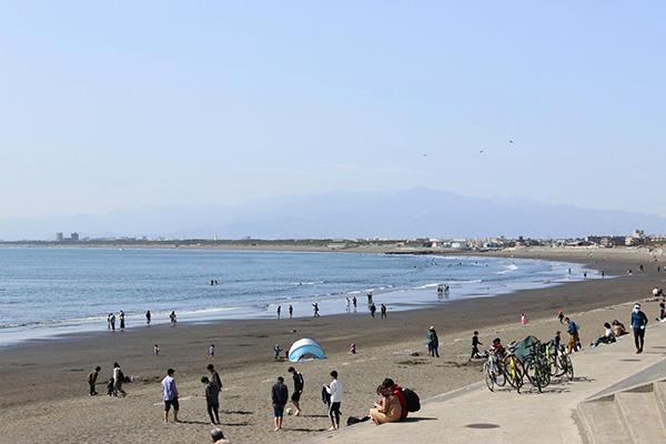 夏前でも賑わう江ノ島の海岸
