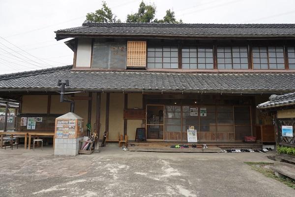 繭小屋を改装した木造の古民家カフェ
