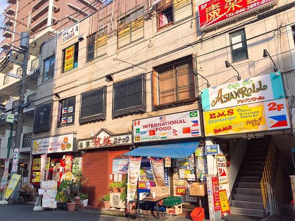 カレー店の他、カフェや食品店並んでいます